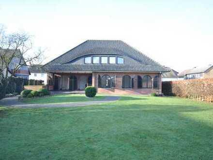 großes Haus mit schön eingewachsenem Garten, neuen Bädern, Sauna und Garage