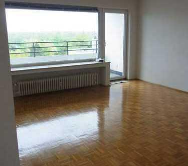 Helle Wohnung mit Parkett, zwei Balkonen und Weitblick