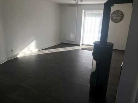 Günstige, vollständig renovierte 3-Zimmer-Erdgeschosswohnung mit Terasse und kleinem Garte in Nauort