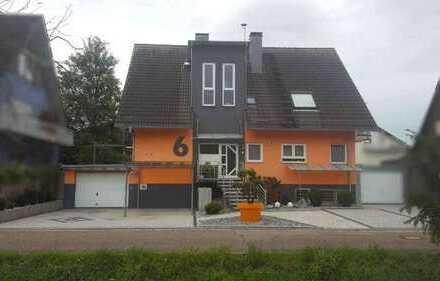 ZWANGSVERSTEIGERUNG - Wohnung im Dreifamilienwohnhaus mit Carport