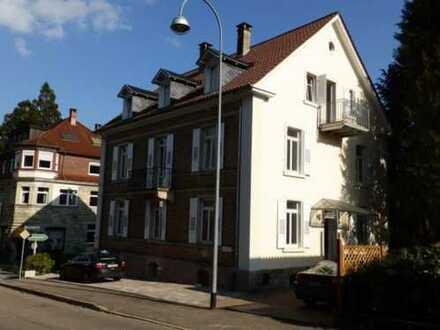 Vollständig renovierte DG-Wohnung mit drei Zimmern sowie Balkon und EBK in Baden-Baden