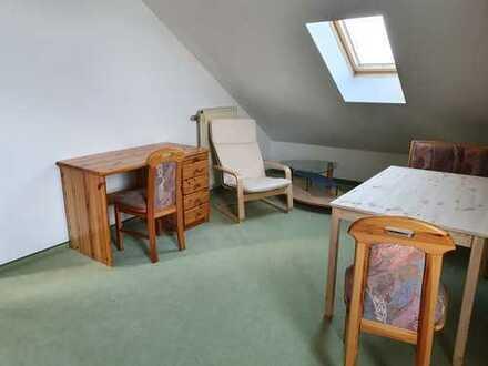Zimmer mit Dusche im Dachgeschoss einer Doppelhaushälfte für Studienreferendarinnen oder Studentinne