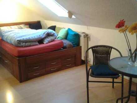 Möbliertes Zimmer im Obergeschoss eines Reihenhauses mit eigenem Bad an Studentin bei berufstätiger