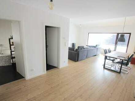Neuwertige, großzügige Wohnung mit großem überdachten Balkon in Feldrandlage!