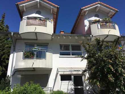 Gepflegte 5-Zimmer Wohnung auf einer Ebene mit 3 Balkonen.