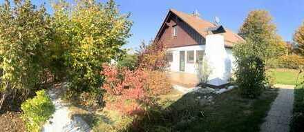 Neuwertiges EFH in idyllischer Ortsrandlage, 2 Garagen, schöner Garten und großes Gartenhaus.