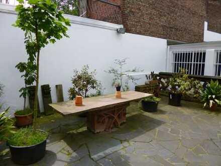 Schöne Wohnung im Dachgeschoss - Hohe Decken - bedeutende historische Adresse