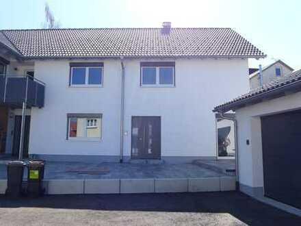 Moderne 3-5-Zimmer-Wohnung mit Terrasse in Aichstetten zu vermieten.