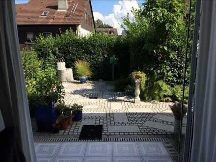 VOLLEIGENTUM: große, helle 3-Zimmer Wohnung mit großzügigem Garten und Einzelgarage!