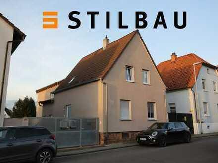 STILBAU bietet an: Attraktives 2-FH auf großem Grundstück, vermietet