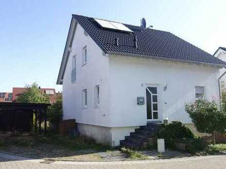 Neuwertiges Einfamilienhaus mit Carport und großzügigem, sonnigem Hausgrundstück