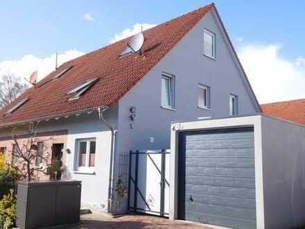 Schöne Doppelhaushälfte in begehrter ruhiger Privatstraße