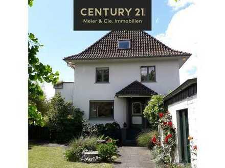 Stadtvilla auf Traumgrundstück in zweiter Reihe mit Nebengebäude & Doppelgarage in Köln-Wahn