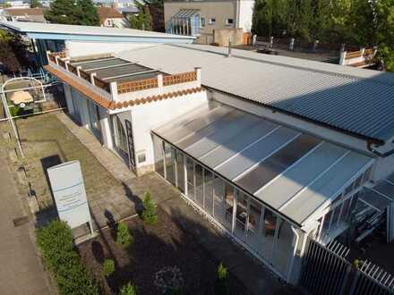 Halle + Wohnhaus + Freifläche:  Gewerbegrundstück im Industriegebiet