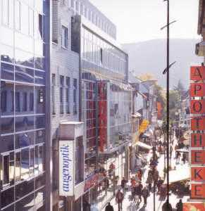 Fußgängerzone: helle Büroräume