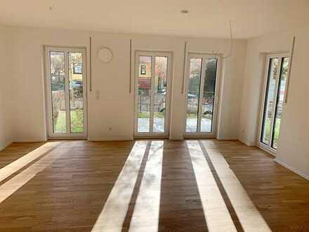 Familientraum! Neuwertige Doppelhaushälfte mit Kaminofen und Einbauküche in Regensburg