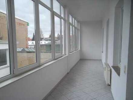Geräumige renovierte 3-Raum-Wohnung mit großem Wintergarten