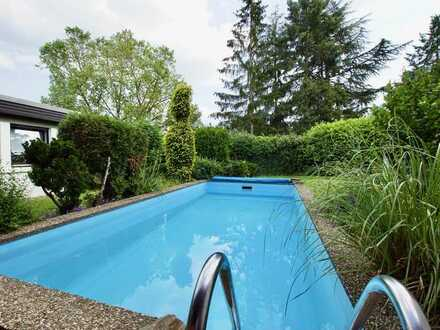 Detached bungalow with beautiful south garden and pool