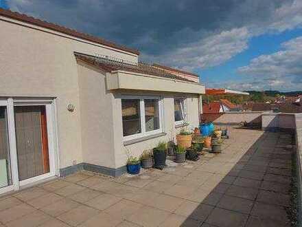 Geschmackvolle DG-Wohnung mit zweieinhalb Zimmer sowie großer Dachterrasse und Einbauküche in Wernau