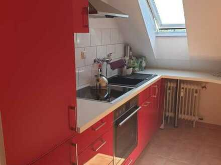 Stilvolle und vollmöblierte 2-Zimmer-Wohnung mit Einbauküche und Stellplatz in Frankfurt