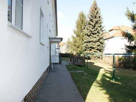 Schöne helle und freundliche Wohnung mit Balkon und Wohnküche im Erdgeschoss