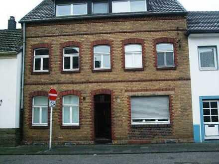 Sanierte 1-Zimmer-EG-Wohnung mit Einbauküche in Köln-Stammheim, Schlossparknähe