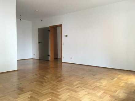Renovierte 3- Zimmer Wohnung mit Balkon in zentraler Lage