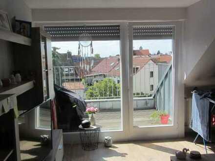 Gepflegte Dachgeschosswohnung rechts mit zwei Zimmern und Balkon in Mannheim
