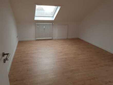 Vollständig renovierte DG-Wohnung mit zweieinhalb Zimmern in Rheinberg nur an Einzelperson zu vermie