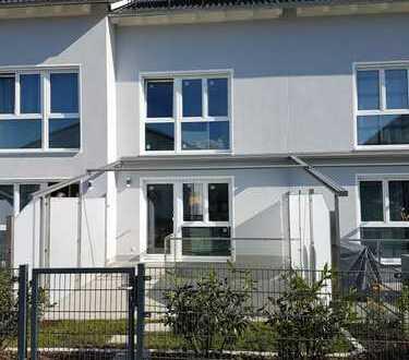 Modernes, ruhig gelegenes Reihenhaus mit Terrasse und 2 Carport-Stellplätzen