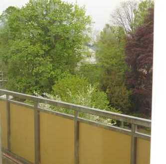 top sanierte 4 Zimmer Wohnung mit Balkon und Blick ins Grüne