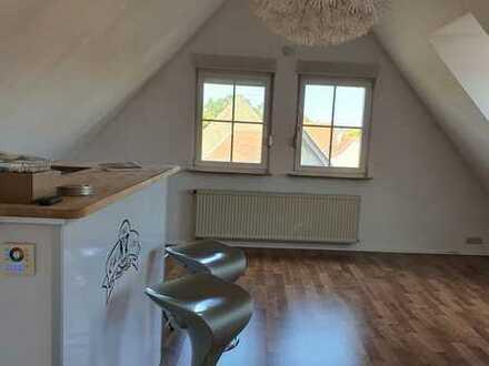 Gepflegte 2-Raum-DG-Wohnung mit Einbauküche in Undenheim