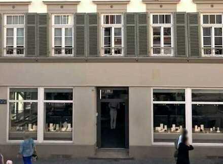 Ladengeschäft mit großer Schaufensterfront im Herzen der City