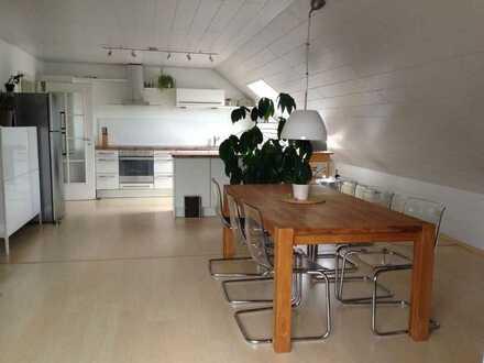 Hochwertig ausgestattete Dachwohnung mit Garage in TOP Lage - von privat
