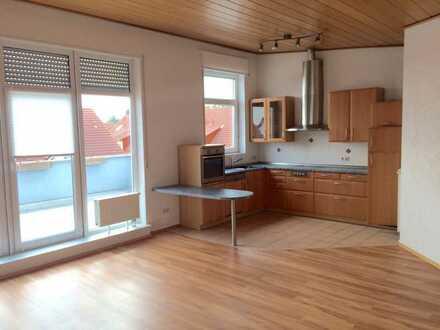 Gepflegte Dachgeschosswohnung mit zwei Zimmern sowie Balkon und Einbauküche in Speyer