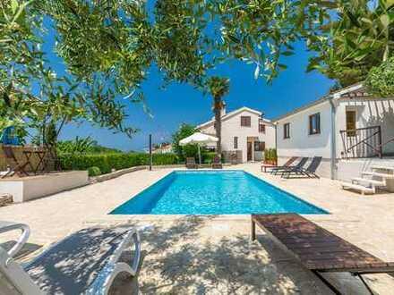 4 WOHNEINHEITEN! Haupthaus mit 3 WE + Gästehaus sowie Pool von 32m² & großer Garten