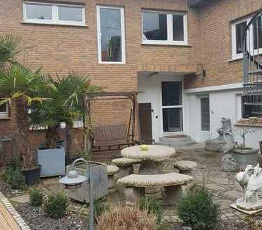 8-Zimmer-Einfamilienhaus mit massgefertigter Küche vom Schreiner in Undenheim