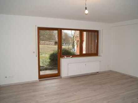 **Helle neu renovierte 1-Zimmerwohnung mit Terrasse u. Stellplatz**