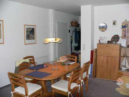 Gepflegte Wohnung mit zwei Zimmern sowie Balkon und Einbauküche in Hochheim am Main
