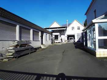 Gewerbe-und Produktionshalle mit Ausstellungsraum und Wohnhaus.