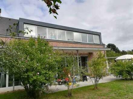 Sonniges Einfamilienhaus in aufwendiger Bauweise mit viel Platz - Sanierung nötig