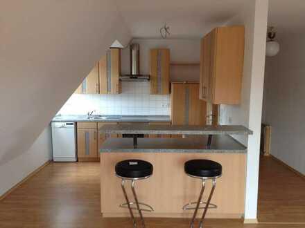 Gepflegte Dachgeschosswohnung mit drei Zimmern sowie Balkon und EBK in Kümmersbruck