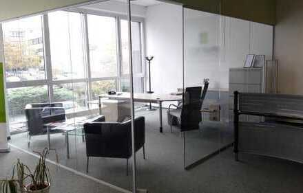 Lichtdurchflutete Räume in dynamischem Bürohaus