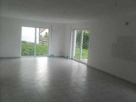 Neuwertige 4-Zimmer-Wohnung mit Balkon und EBK auf dem Land