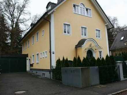 Stilvolle, geräumige und neuwertige 4/5-Zimmer-EG-Wohnung mit Balkon und EBK in München / Harlaching