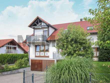 Lichtdurchflutet Wohnen: Helle gepflegte Dachgeschosswohnung mit Balkon und herrlichem Weitblick