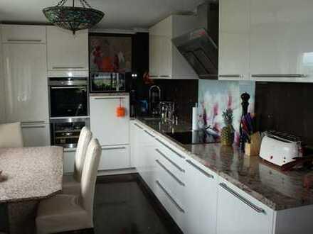 Sonnendurchflutete vier Zimmer Wohnung am Schlosspark mit hochwertiger Einbauküche