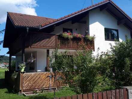 Schöne, helle 4,5-Raum-DG-Wohnung mit Balkon und Einbauküche in Ruderatshofen