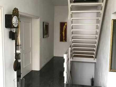 Gepflegtes Einfamilienhaus mit acht Zimmern und EBK in Saarbrücken, Saarbrücken