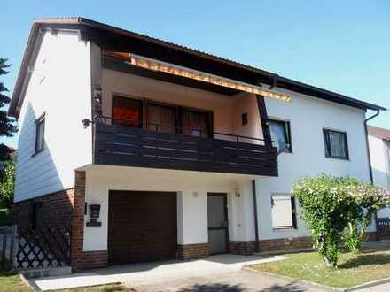 Freistehendes Einfamilienhaus mit Einliegerwohnung, 3 Garagen und großem Garten mit Swimming-Pool